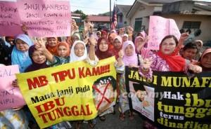 Laungan 100 orang Ibu-ibu tunggal berdemo bagi menuntut elaun gaji yang di janjikan oleh Kerajaan Negeri Selangor