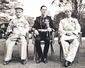 Campurtangan British di dalam pentadbiran Tanah Melayu amatlah ketara dari aspek Sir Donald MacGillivray,  and the Sultan of Selangor Sir Hisamuddin Alam Shah Al - haj, taken before the signing of the Federation of Malaya Agreement